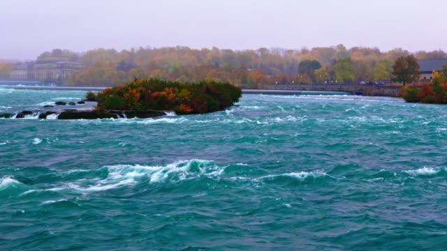 vídeos de stock, filmes e b-roll de água jorrando em direção às quedas de ferradura - niagara falls - eua / canadá - rio niagara