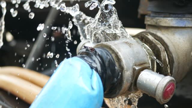 vídeos y material grabado en eventos de stock de fugas de tuberías - tubería