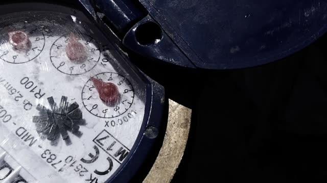 water meter, running water and water meter - tap water стоковые видео и кадры b-roll