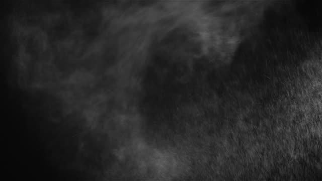 wassernebel spray auf schwarzem hintergrund - gemahlen stock-videos und b-roll-filmmaterial