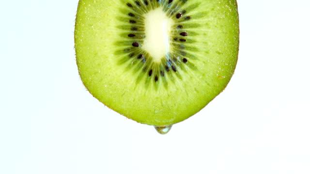 vatten eller oljor släppa på kiwifrukt - kiwifrukt bildbanksvideor och videomaterial från bakom kulisserna