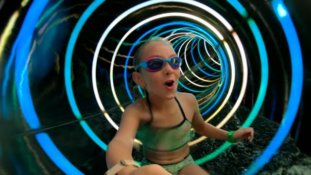 vidéos et rushes de tube de parc aquatique - courage