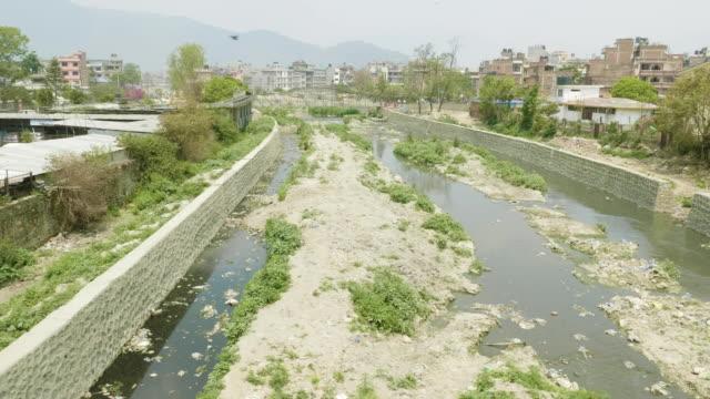 カトマンズ バグマティ川の水質汚染。 - ネパール人点の映像素材/bロール