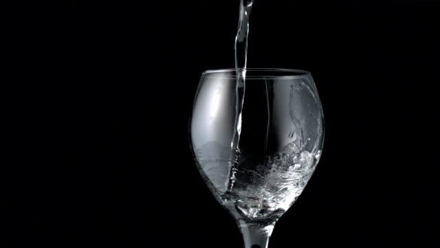 Wasser gießen in Weinglas – Video