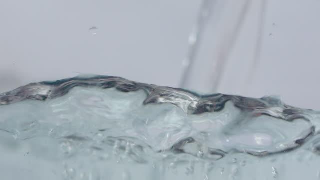 vídeos de stock e filmes b-roll de water pouring macro footage - encher atividade