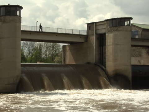 вода, струящимся через наружный ворота - центральная европа стоковые видео и кадры b-roll