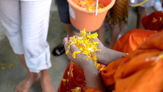 vídeos de stock, filmes e b-roll de água que derrama ao monge na tradição do festival de songkran de tailândia - ano novo budista