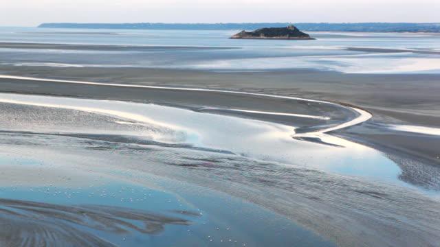 vídeos y material grabado en eventos de stock de aumento de agua le monte saint michel difusión time lapse - marea