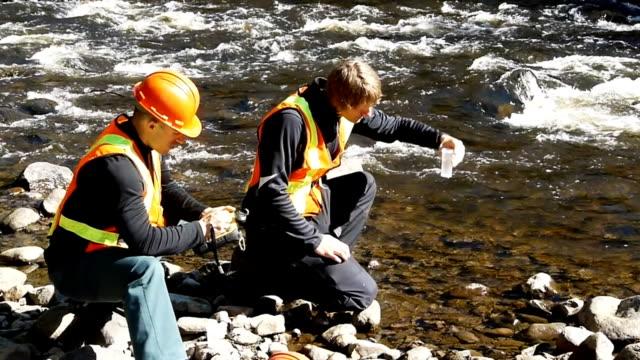 vídeos y material grabado en eventos de stock de muestras de agua - investigación científica
