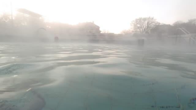 부다페스트의 온천 탕에서 물 증기 - 스파 온천 스톡 비디오 및 b-롤 화면