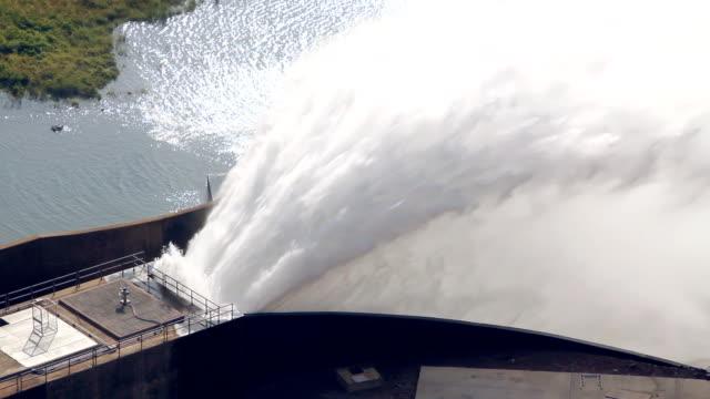 wasser bach loslassen vom dam entfernt. - staudamm stock-videos und b-roll-filmmaterial