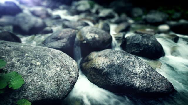 water stream - 岩石 個影片檔及 b 捲影像