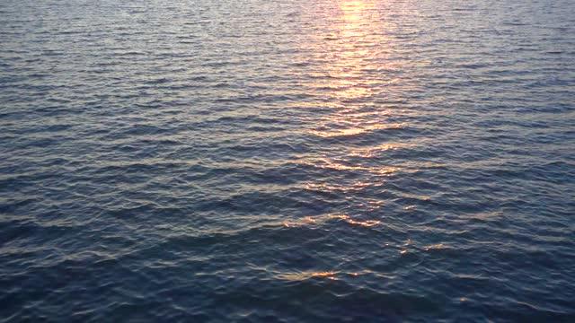 поверхность воды на величественном закате, вы можете сделать 1, 2 часа видео или больше для ваших проектов. - спокойная вода стоковые видео и кадры b-roll