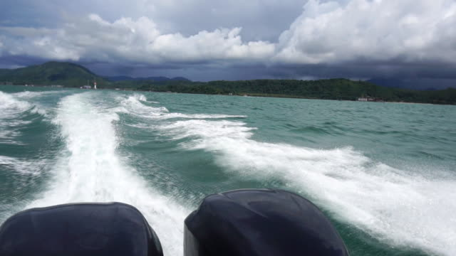Water surface behind of fast moving motor boat.Slow motion. - vídeo