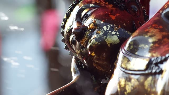 water was splashed to the Buddha statue video