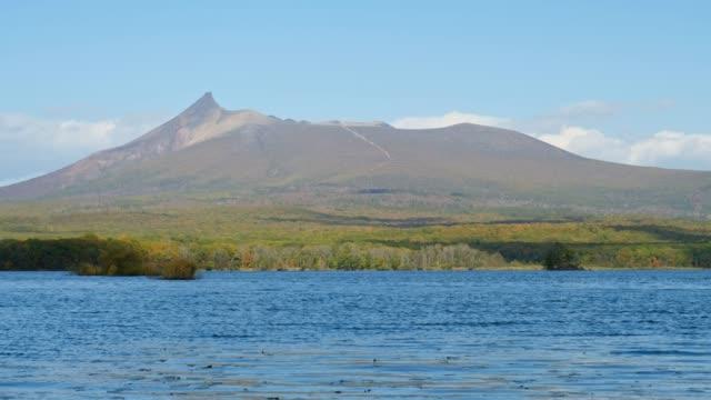 bevattna vinkar av lake onuma framme montering komagatake (komagatake vulkaniskt) i onuma nationalpark, höst säsongen på hakodate, hokkaido, japan - hokkaido bildbanksvideor och videomaterial från bakom kulisserna