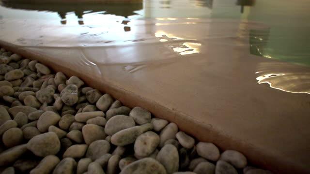 woda fale o kamienie - zabieg spa filmów i materiałów b-roll