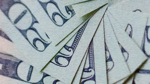 aquarell gefiltert hochauflösendes video mit us-dollar-schein hintergrund, die covid- 19 auswirkungen auf die amerikanische wirtschaft. - haushaltskosten stock-videos und b-roll-filmmaterial