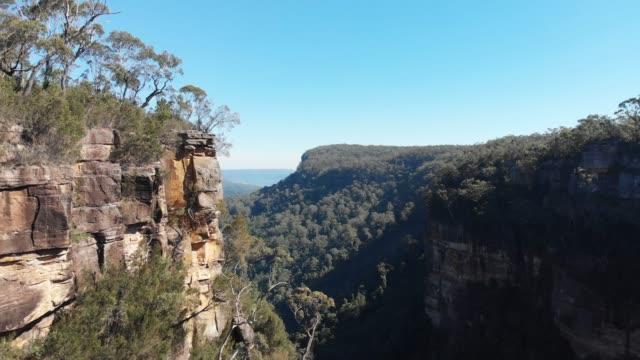 폭포 공중 장면 호주 숲 절벽 및 절벽 - 시드니 뉴사우스웨일스 스톡 비디오 및 b-롤 화면
