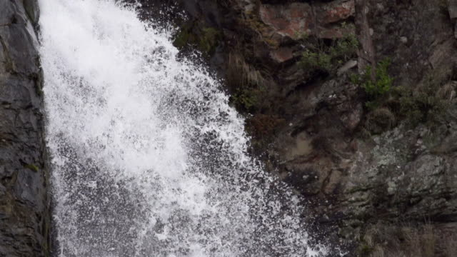 slowmotion: waterfall close up - tilt down stock videos & royalty-free footage