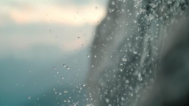 vídeos y material grabado en eventos de stock de cu slow motion gotas de cascada cayendo - catarata