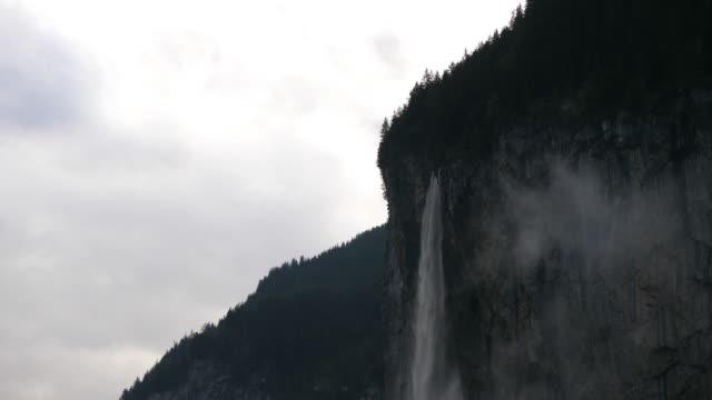 vattenfall faller från pine tree täckt schweiziska bergen - wengen bildbanksvideor och videomaterial från bakom kulisserna