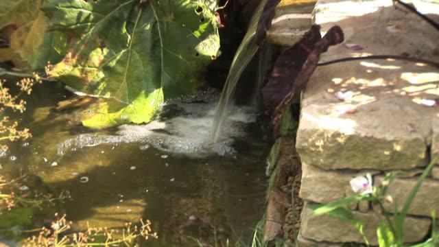 водопад течет в из камня маленькая стена - элемент здания стоковые видео и кадры b-roll
