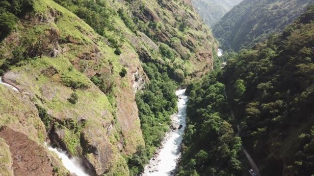 ヒマラヤの滝ドローンから空気ビューからのネパールを範囲します。 - ネパール点の映像素材/bロール
