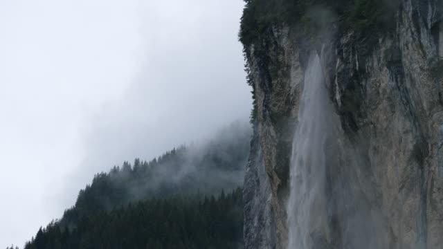 vattenfall i dimmiga regnmoln i schweiziska dalen - wengen bildbanksvideor och videomaterial från bakom kulisserna