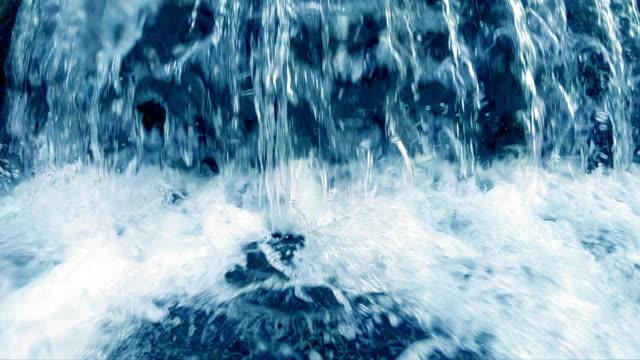 vidéos et rushes de cascade dans le parc, le mouvement lent - eau vive
