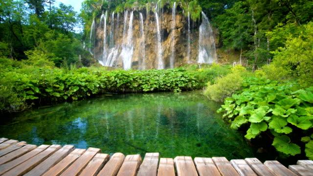 waterfall in plitvice lakes, croatia. - национальный парк плитвицкие озёра стоковые видео и кадры b-roll