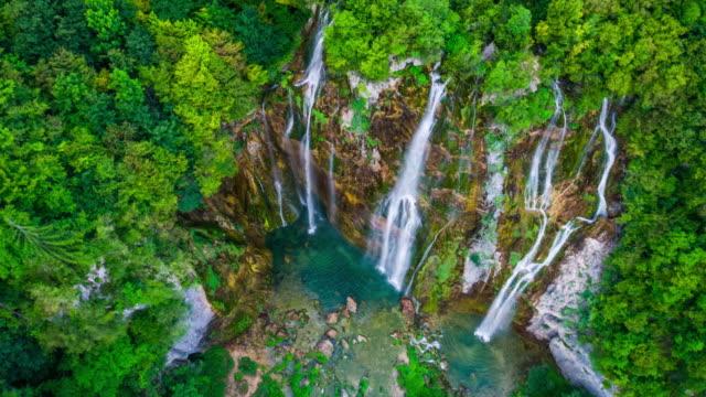 aerial: waterfall in plitvice lakes national park - национальный парк плитвицкие озёра стоковые видео и кадры b-roll