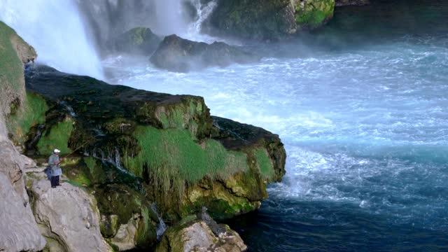wodospad w dzikiej przyrodzie - spektakularny krajobraz filmów i materiałów b-roll