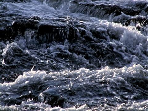 wodospad na ściana kamień tło, przepływ wody - długość klipa filmów i materiałów b-roll