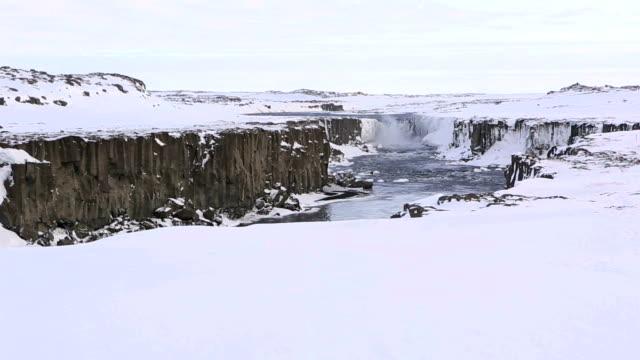 vídeos de stock, filmes e b-roll de cachoeira selfoss no inverno, islândia - clipe