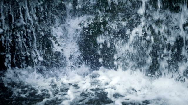 wasserfall: spritzwasser - kaskaden gebirge stock-videos und b-roll-filmmaterial