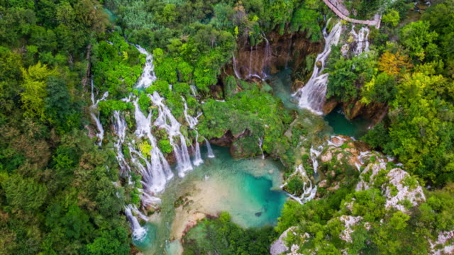 aerial: waterfalls at plitvice lakes national park in croatia - национальный парк плитвицкие озёра стоковые видео и кадры b-roll