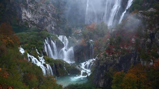 waterfalls at plitvice lakes national park in croatia - национальный парк плитвицкие озёра стоковые видео и кадры b-roll