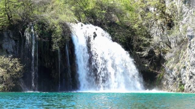 waterfalls at plitvice lakes national park - национальный парк плитвицкие озёра стоковые видео и кадры b-roll