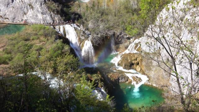 waterfalls with rainbow - национальный парк плитвицкие озёра стоковые видео и кадры b-roll