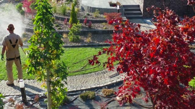 bewässerung neu gebauter hinterhofgarten - parkanlage stock-videos und b-roll-filmmaterial