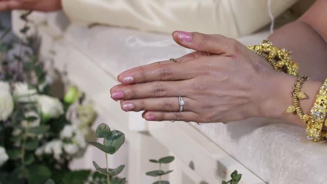 vídeos de stock, filmes e b-roll de regando a concha no estilo de casamento tailândia. - moda de casamento