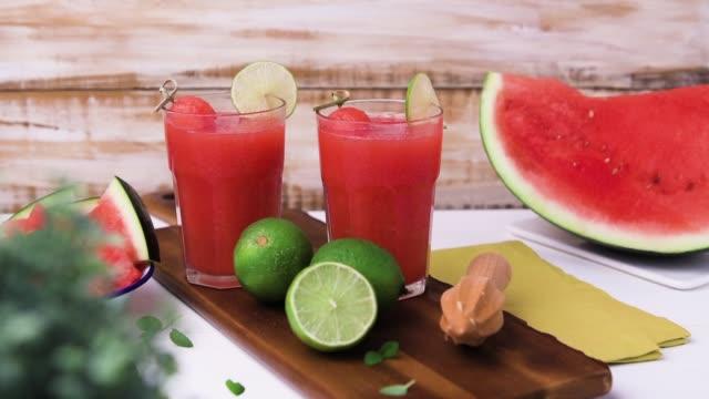 wassermelonen-smoothies - tropischer cocktail stock-videos und b-roll-filmmaterial