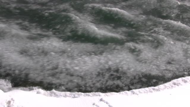 superficie di acqua ghiacciata viene sgrossatura flusso (alta definizione - ghiaccio galleggiante video stock e b–roll