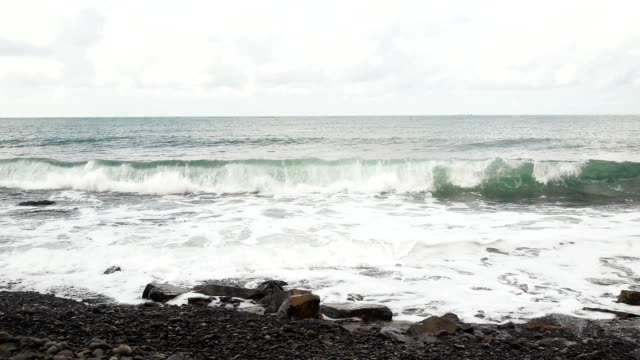 welle bricht gegen den felsen langsam mo - sound wave stock-videos und b-roll-filmmaterial