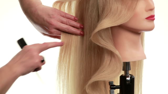 Wave of hair on the dummy. Hair on his head turned in profile. White. Close up Wave of hair on the head of the dummy. Hairstyle on a mannequin turned in profile, beautiful wave like the option hairstyles for long hair, on white background, close up doll stock videos & royalty-free footage