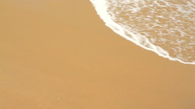 wave on clean sand - vattenbryn bildbanksvideor och videomaterial från bakom kulisserna