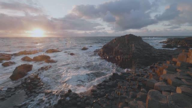 wave smashing giant causeway stone,northern ireland - krajobraz morski filmów i materiałów b-roll