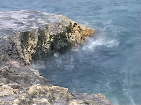 fale i skały - morze egejskie filmów i materiałów b-roll