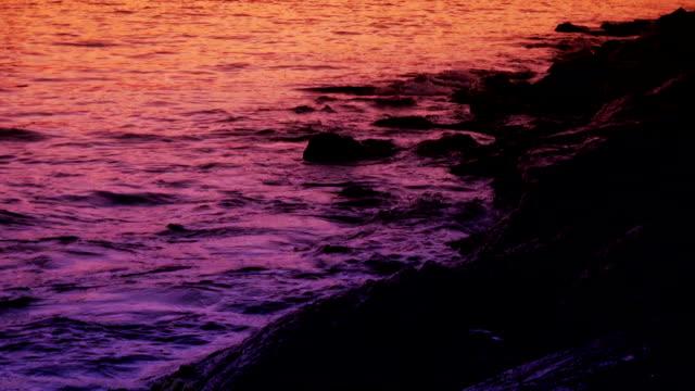 vídeos y material grabado en eventos de stock de olas y rocas - marea